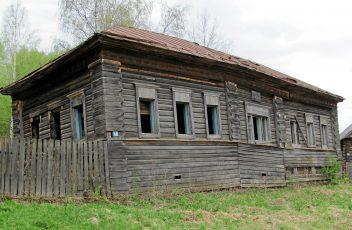 д.Ватолы. Руины начальной школы. 2012 г.